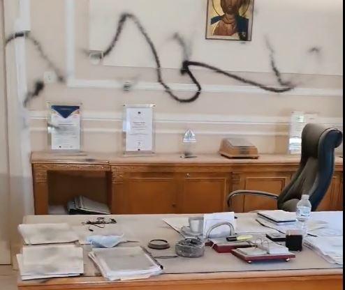 ΟΠΑ : Επίθεση αγνώστων στο γραφείο του πρύτανη – Τον απείλησαν και τον άρπαξαν από τον λαιμό | tanea.gr