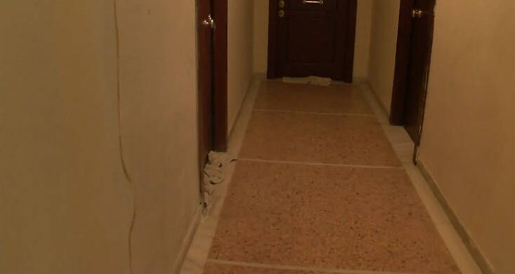 Σε πολυκατοικία έκλεισαν τις χαραμάδες στις πόρτες με πετσέτες για να μην περάσει ο… κοροναϊός | tanea.gr