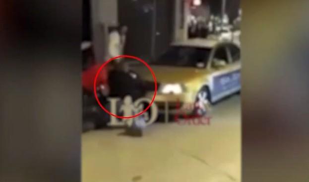Βίντεο – ντοκουμέντο: Νεαρός προσπαθεί να πάρει το όπλο αστυνομικού και εκπυρσοκροτεί | tanea.gr