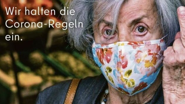 Κοροναϊός: Η γερμανική καμπάνια που διχάζει – Ηλικιωμένη σηκώνει το μεσαίο δάχτυλο στους αρνητές | tanea.gr