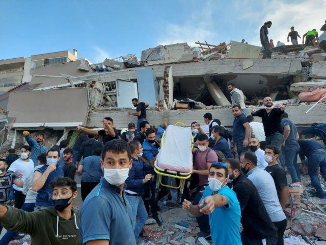 Σεισμός – Σμύρνη : Μάχη κάτω από τα συντρίμμια – Νεκροί και εκατοντάδες τραυματίες | tanea.gr