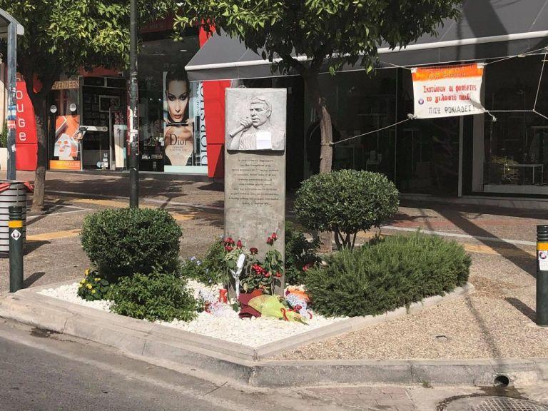 Λουλούδια και ένα σημείωμα στο μνημείο του Παύλου Φύσσα | tanea.gr