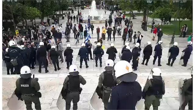 28η Οκτωβρίου : Ένταση στο Σύνταγμα – Επιχείρησαν να καταθέσουν στεφάνι στον Άγνωστο Στρατιώτη | tanea.gr