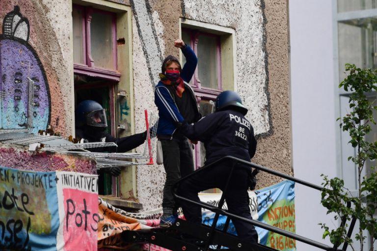 Βερολίνο: Η αστυνομία εκκένωσε φεμινιστική και ΛΟΑΤΚΙ κατάληψη - Επεισόδια από διαδηλωτές | tanea.gr