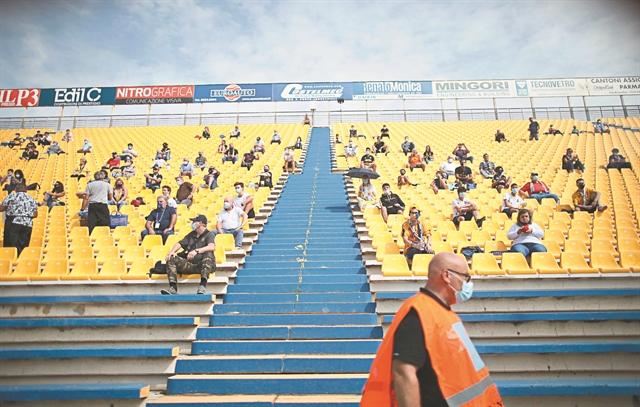 Ο κοροναϊός «σκοτώνει» το ποδόσφαιρο - Βουτιά στις μεταγραφές λόγω της πανδημίας   tanea.gr