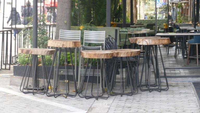 Κοροναϊός - Λάρισα: Συνωστισμός στους κεντρικούς πεζόδρομους και ουρές έξω από τις τράπεζες παρά το lockdown | tanea.gr