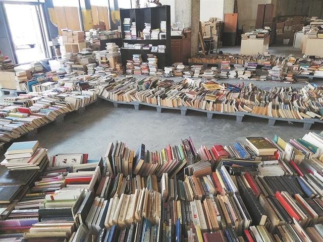 Απίστευτοι κρυμμένοι θησαυροί στις σελίδες των βιβλίων | tanea.gr