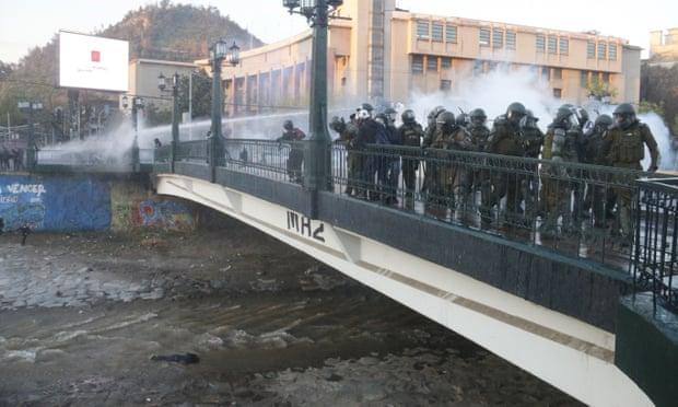Χιλή: Σάλος με βίντεο που δείχνει αστυνομικό να ρίχνει από γέφυρα 16χρονο διαδηλωτή   tanea.gr