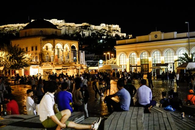 Αμείωτα τα πάρτι στις πλατείες – Εικόνες συνωστισμού και απουσίας μέτρων προστασίας | tanea.gr