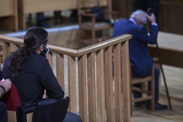 Δίκη Χρυσής Αυγής : Ο Μπαρμπαρούσης πήγε ως μάρτυρα υπεράσπισης τον πατέρα του   tanea.gr