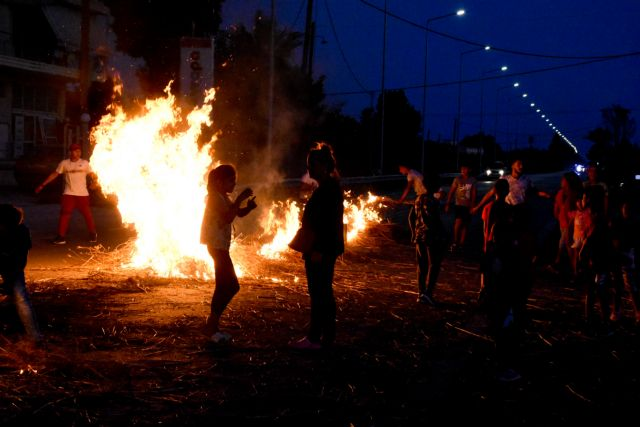 Χάος από συγκεντρώσεις Ρομά σε όλη τη χώρα – Φωτιές και οδοφράγματα | tanea.gr