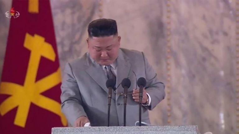 Κιμ Γιονγκ Ουν : Ο στυγερός δικτάτορας λύγισε μπροστά στις κάμερες | tanea.gr