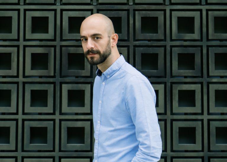 Ο Μάνος Βαβαδάκης μιλάει για την παράσταση «Βικτώρ ή τα παιδιά στην εξουσία» | tanea.gr