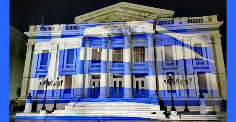 28η Οκτωβρίου : Στα γαλανόλευκα ντύθηκε το Δημοτικό Θέατρο Πειραιά | tanea.gr