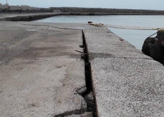 Σεισμός στη Σάμο : Οι πρώτες εικόνες από τις ζημιές στο λιμάνι στο Βαθύ | tanea.gr