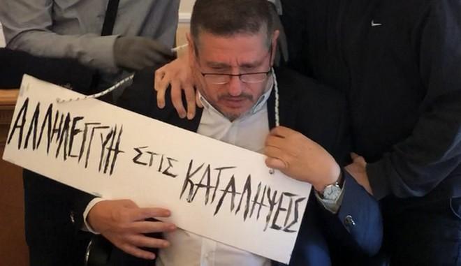 Τραμπούκικη επίθεση στον πρύτανη του ΟΠΑ – Του κρέμασαν ταμπέλα | tanea.gr