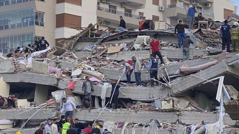 Σεισμός : Σάμος και Σμύρνη θρηνούν τους νεκρούς τους και μετρούν τις πληγές τους | tanea.gr