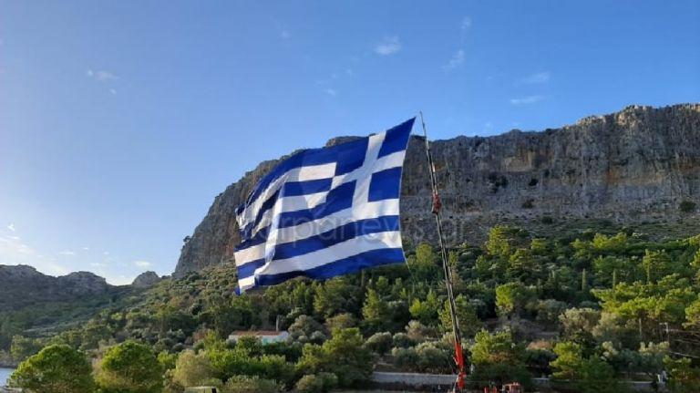 Καστελόριζο : Κρητικός ύψωσε την μεγαλύτερη ελληνική σημαία   tanea.gr
