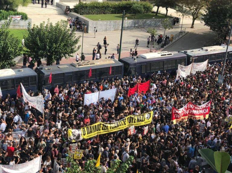 Δίκη Χρυσής Αυγής: Χειροκροτήματα του κόσμου μετά την ανακοίνωση της απόφασης | tanea.gr