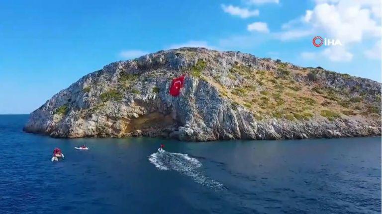 Τουρκία : Απίστευτη πρόκληση – Ύψωσαν τεράστια σημαία απέναντι από τα Ίμια   tanea.gr
