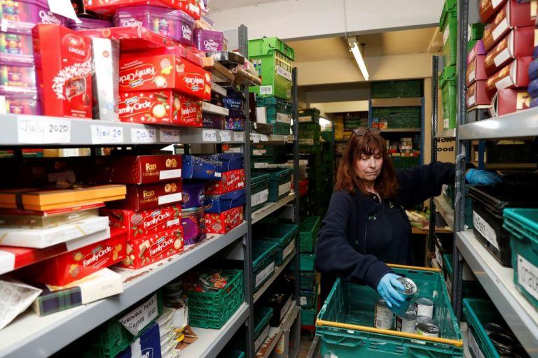 Βρετανία : Οι «νεόπτωχοι» του κοροναϊού καταφεύγουν στις τράπεζες τροφίμων   tanea.gr