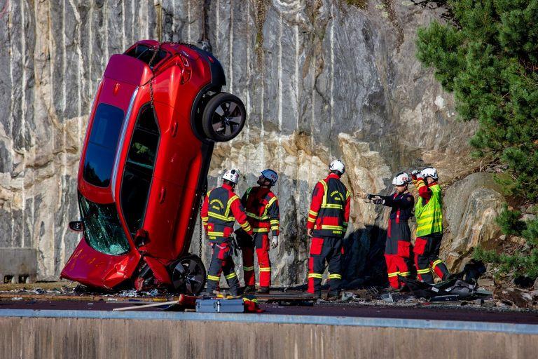 Πετάνε τα αυτοκίνητα από ύψος 30 μέτρων για το καλό των επιβατών | tanea.gr