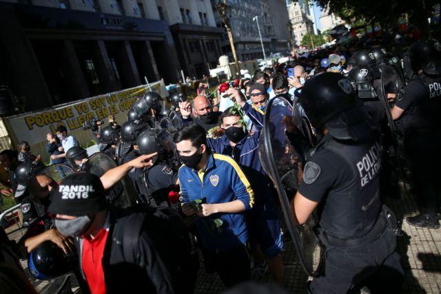 Μαραντόνα : Επεισόδια μεταξύ αστυνομίας και οπαδών στο λαϊκό προσκύνημα | tanea.gr