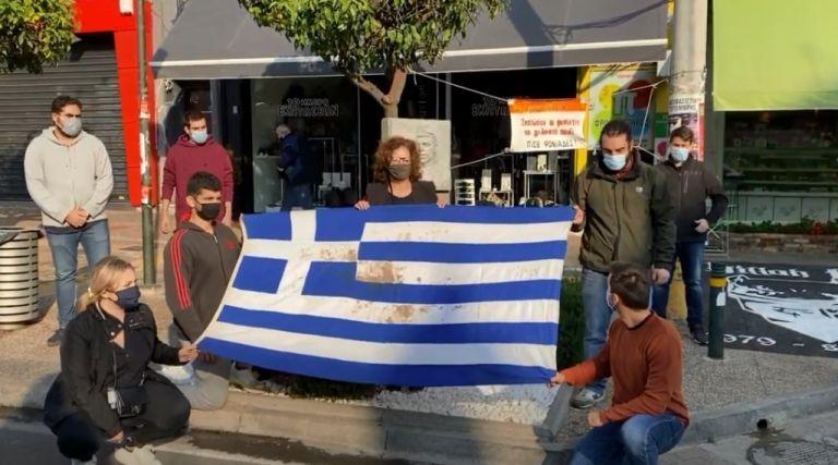 Πολυτεχνείο : Η Μάγδα Φύσσα με την αιματοβαμμένη σημαία στο σημείο που δολοφονήθηκε ο Παύλος   tanea.gr