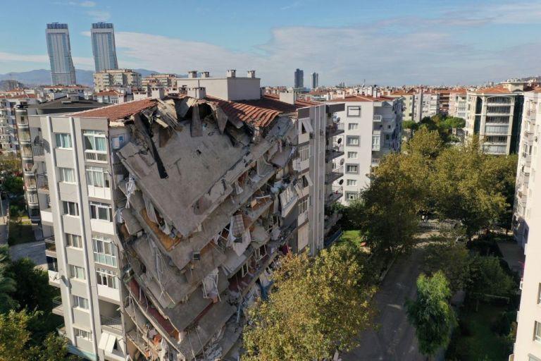Σμύρνη: Θρήνος στα χαλάσματα με 62 νεκρούς   tanea.gr