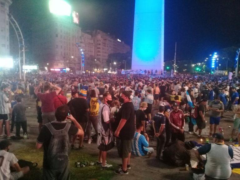 Μαραντόνα : Χιλιάδες φίλαθλοι στη μεταφορά της σορού του Μαραντόνα   tanea.gr