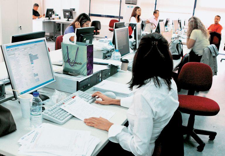 Με τηλεργασία τουλάχιστον 1 στους 2 δημόσιοι υπάλληλοι από τη Δευτέρα   tanea.gr