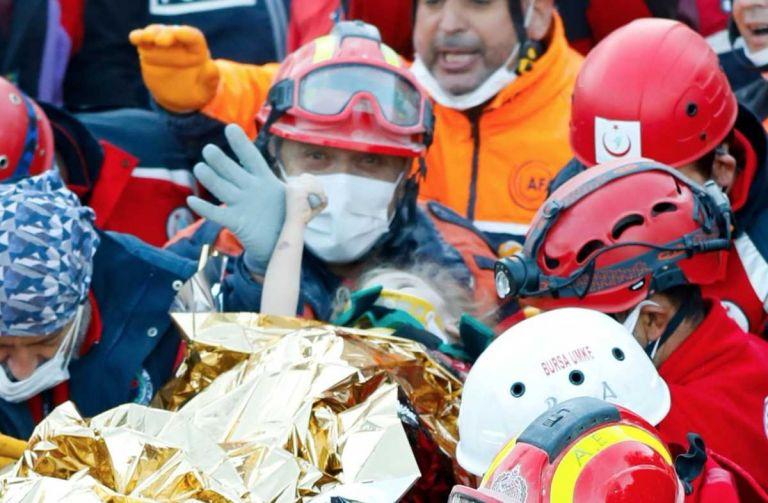 Σμύρνη : Η στιγμή της διάσωσης της 3χρονης Ελίφ από τα συντρίμμια στη Σμύρνη | tanea.gr