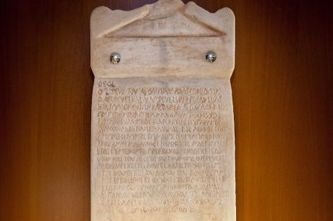 Στον δήμο Ιλίου η αρχαιότερη οικο-λατρευτική επιγραφή 4ου αιώνα Π.Χ. | tanea.gr