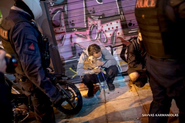 Εξάρχεια : Η ΕΛ.ΑΣ προσήγαγε και… άσχετους μετά την πορεία για το Πολυτεχνείο | tanea.gr