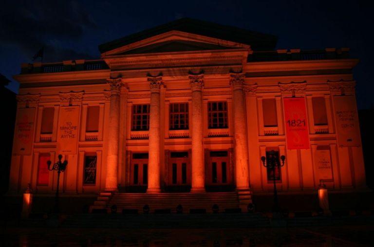 Δημοτικό Θέατρο Πειραιά: Ντύθηκε στα πορτοκαλί | tanea.gr