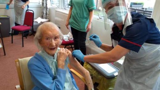 Κοροναϊός : Εμβολιάστηκε αιωνόβια γιαγιά που έζησε και την Ισπανική Γρίπη   tanea.gr