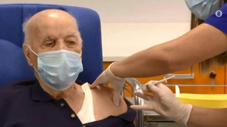 Εμβολιάστηκε και ο πρώτος ηλικιωμένος στη χώρα | tanea.gr