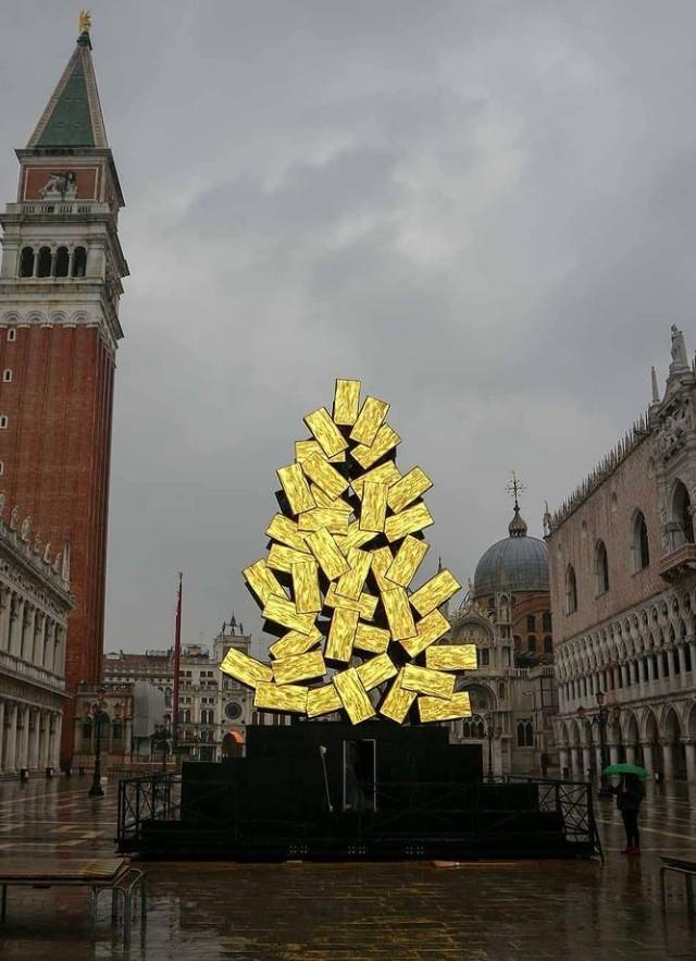 Ένα αλλιώτικο χριστουγεννιάτικο δέντρο φωτίζει φέτος τη Βενετία | tanea.gr