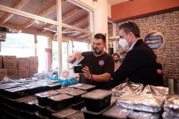 Μητσοτάκης : Μοίρασε φαγητό και δώρα σε ανθρώπους που έχουν ανάγκη | tanea.gr