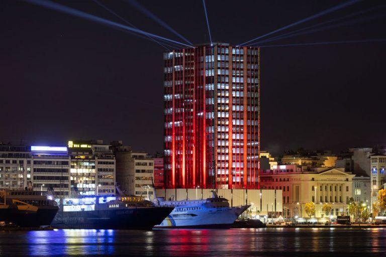 Υπερθέαμα στον Πειραιά : Φαντασμαγορικές εικόνες από τη φωταγώγηση του Πύργου | tanea.gr