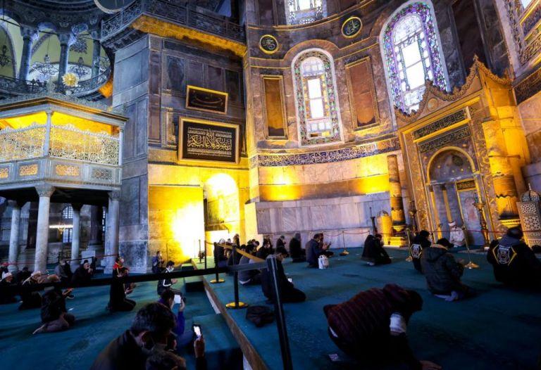 Αγία Σοφία : Τον χαβά του ο Ερντογάν –  Δώρισε πλακέτα με στίχους από το κοράνι | tanea.gr