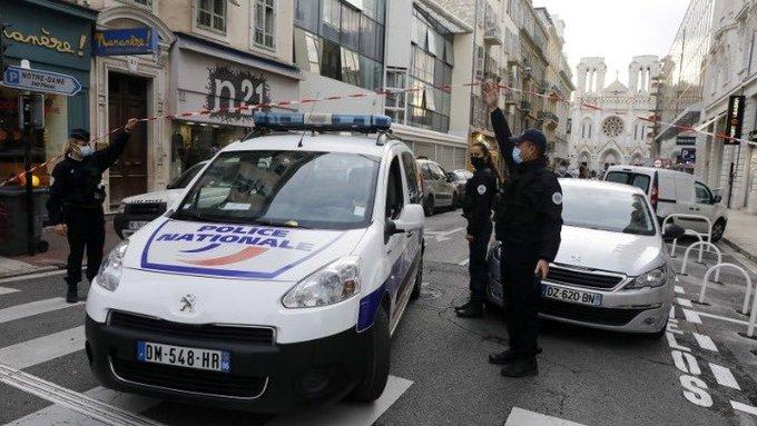 Γαλλία: Ανδρας σκότωσε τρεις αστυνομικούς – Κρατούσε όμηρο τη γυναίκα του   tanea.gr