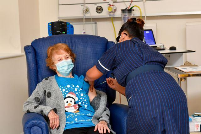 Κοροναϊός : Ξεπούλησε το χριστουγεννιάτικο μπλουζάκι της 90χρονης που εμβολιάστηκε πρώτη στη Βρετανία | tanea.gr