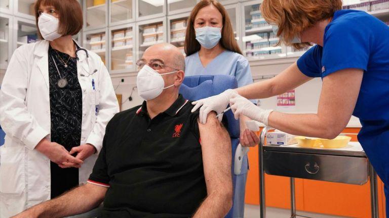 Εμβολιάστηκε ο υπουργός Εξωτερικών Ν. Δένδιας | tanea.gr