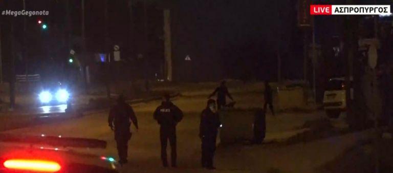 Ασπρόπυργος: Επίθεση με πέτρες σε αστυνομικούς για το αυστηρό lockdown   tanea.gr