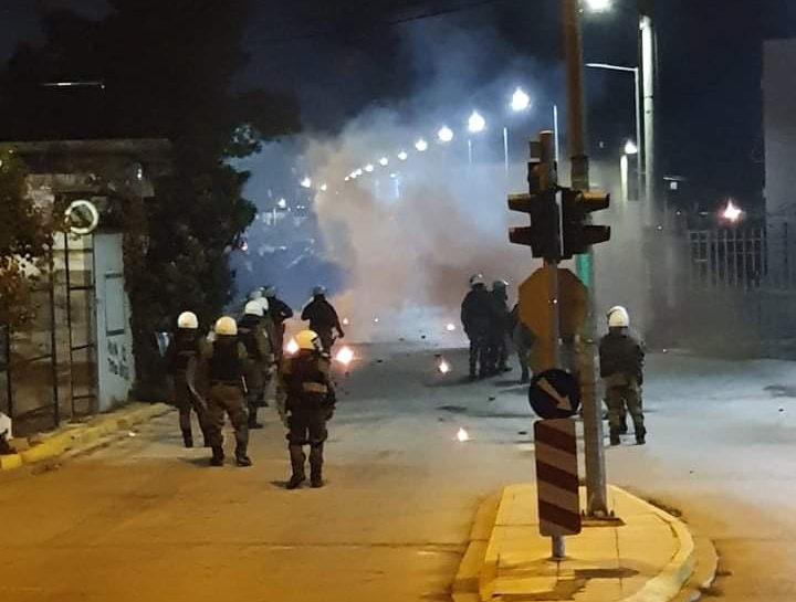 Ασπρόπυργος : Νέα επεισόδια – Κάτοικοι αντιδρούν στα μέτρα lockdown   tanea.gr