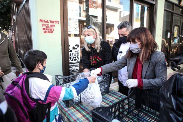 Συγκινεί η Σακελλαροπούλου μοιράζοντας συσσίτιο σε ανθρώπους που έχουν ανάγκη | tanea.gr