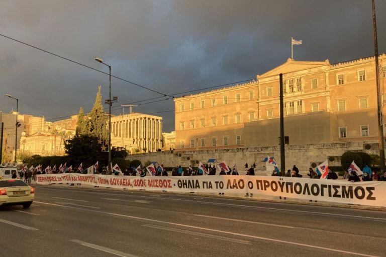 Αιφνιδιαστική παρέμβαση του ΠΑΜΕ μπροστά από τη Βουλή   tanea.gr