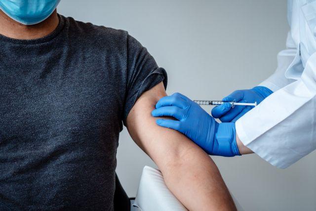 Μόσιαλος: Πόσο καιρό μετά τον εμβολιασμό θα είμαστε προστατευμένοι από τον κοροναϊό | tanea.gr