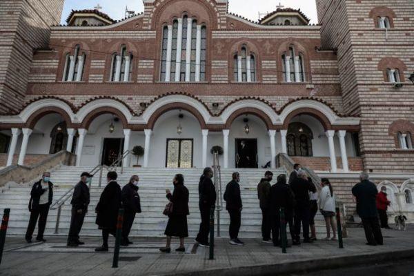 Αντιδράσεις για τον συνωστισμό έξω από εκκλησίες - Κρούουν τον κώδωνα του κινδύνου οι επιστήμονες | tanea.gr